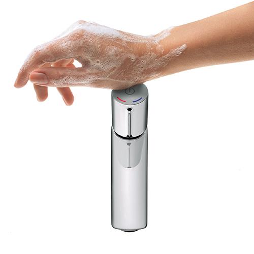 """Chiudere l'acqua quando ad esempio ci si lava i denti o le mani è una buone praticache si puòmettere facilmente in atto. <em>Talis Select</em> di <a href=""""http://www.hansgrohe.it/"""">Hansgrohe</a>è il miscelatore che introduce il tasto Select per attivare o interrompere il flusso d'acqua. Grazie alla praticità del comando diventa naturale chiudere il rubinetto dopo aver ad esempio insaponato le mani"""