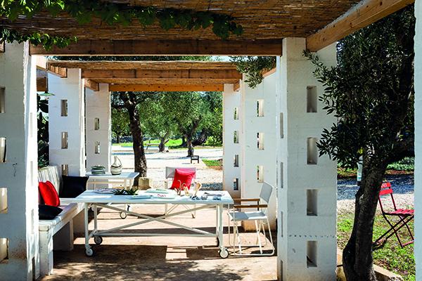 Il tavolo Passage si caratterizza per la presenza di ruote girevoli dotate di blocco. Inoltre il piano del tavolo può essere corredato da comodi spazi contenutivi