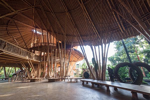 La Green School di Bali, costruita in bambù (foto courtesy of Green School Bali)