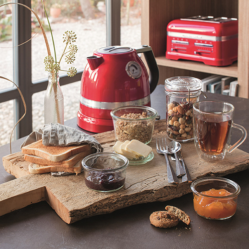 """Per offrire bevande calde e profumate: il bollitore <a href=""""http://www.kitchenaid.it"""">Artisan</a> offre la possibilità di regolare il livello della temperatura (199 euro)"""