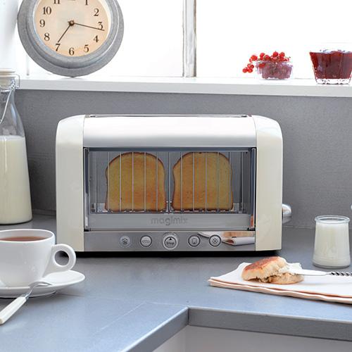 """<em>Toaster vision</em> di <a href=""""http://www.magimix.it/"""">Magimix</a> è il primo tostapane elettrico a visione panoramica, con doppia parete isolante (200 euro)"""