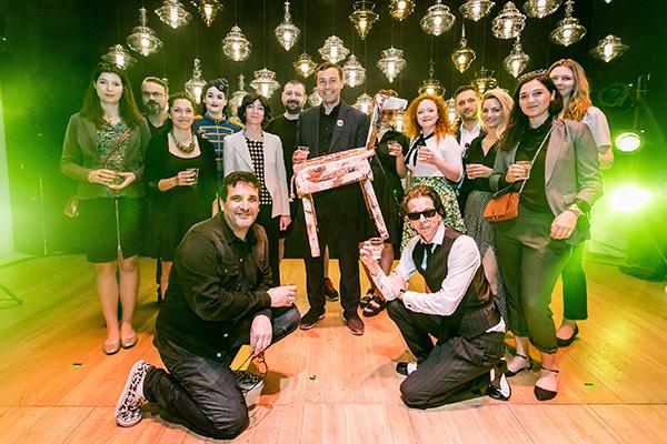 Al centro Leon Jakimič, il fondatore di Lasvit, con il premio ricevuto per Monster Cabaret, la migliore installazione del Fuorisalone 2018