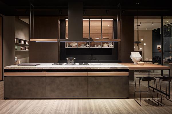 CODICE VVD -  Si chiama VVD come le iniziali del suo designer nonché creative director del brand Vincent Van Duysen: è la cucina di Dada, con isola protagonista con top in ceppo, piano snack in noce e pensili in vetro a parete per avere tutto a portata di mano