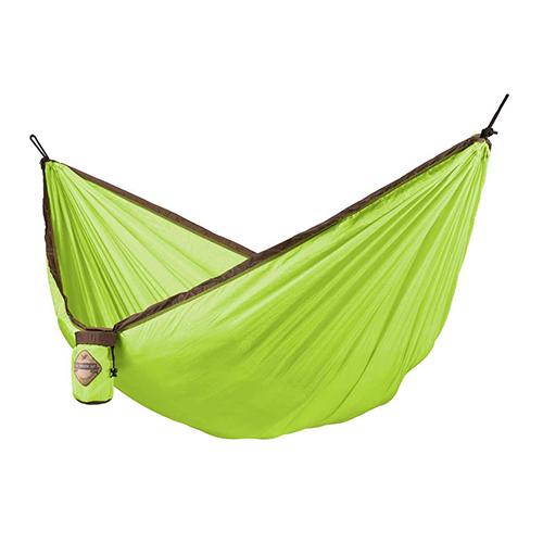 Dondolarsi tra gli alberi con  l'amaca <em>Colibri Green </em>de La Siesta. Si trasforma anche in una pratica coperta da picnic e si ripone in una piccola borsetta da viaggio (49,90 euro)