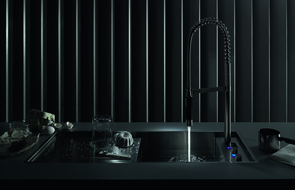 """Lo ha confermato anche l'ultima edizione di <a href=""""http://design.repubblica.it/2018/04/17/in-cucina-prove-tecniche-di-showcooking/#1"""">Eurocucina</a>: gli elettrodomestici smart sono ormai una realtà. Dornbracht ha lanciato la Connected kitchen, una soluzione innovativa che permette di gestire le azioni quotidiane in modo digitale. Sono tre le modalità d'uso. Con il comando vocale """"lava l'insalata"""" il lavello inizia a riempirsi d'acqua nella quantità e alla temperatura ottimale;con """"prepara la cucina"""" la luce sopra il piano di lavoro si accende da sola (foto Thomas Popinger)"""