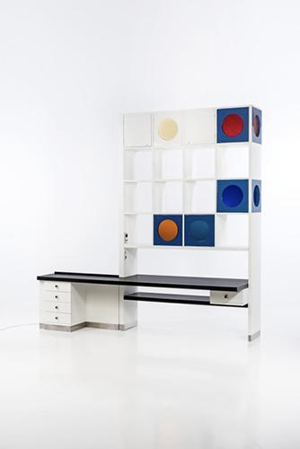 Libreria bifacciale in legno laccato bianco e blu con elementi luminosi colorati, Ico e Luisa Parisi. Pezzo unico realizzato per Casa Fontana sul Lago di Como nel 1967. Dimensioni 2,80 x 2,75 x 0,80 metri