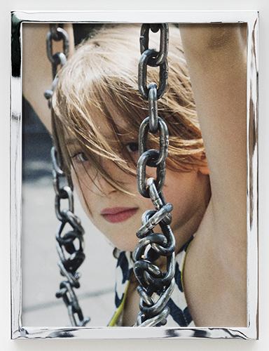 """Conclude il percorso il progetto Amateur di Talia Chetrit scelta per """"la sua capacità di reinventare l'uso della fotografia combinando linguaggi tradizionali e contemporanei nella sua interpretazione del rapporto tra corpo, sguardo e identità"""".  Nell'immagine <em>Ever (Swing)</em>, 2014/2016 (courtesy the artist, Kaufamnn Repetto Milano / New York and Sies + Höke, Düsseldorf)"""