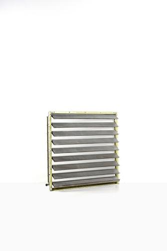 Tende da sole, Jean Prouvé. Foglio di alluminio scanalato piegato e laccato, data di creazione 1952. Dimensioni 152 x 156 centimetri