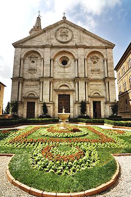 Pienza e i fiori (fino al 13 maggio) è l'evento che trasforma il centro storico del piccolo borgo toscano in un giardino fiorito (in foto Il Duomo)