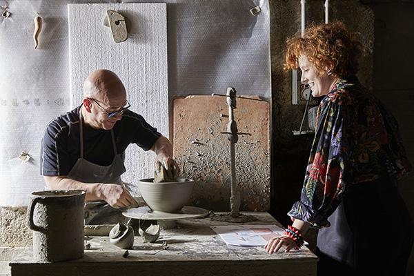Il centrotavola realizzato da Serena Confalonieri con i maestri della Fasano ceramiche, antica azienda artigiana di Grottaglie