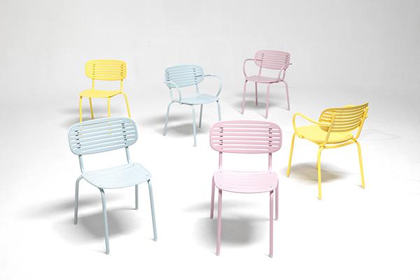 """Nuances polverose per <em>Mom</em>, la seduta in acciaio firmata dal designer parigno Florent Coirier per <a href=""""http://www.emu.it/it_it/"""">Emu</a>. La serie si ispira ai tradizionali vassoi giapponesi e si declina sia nella versione sedia che poltroncina. Entrambe sono salvaspazio poiché impilabili"""
