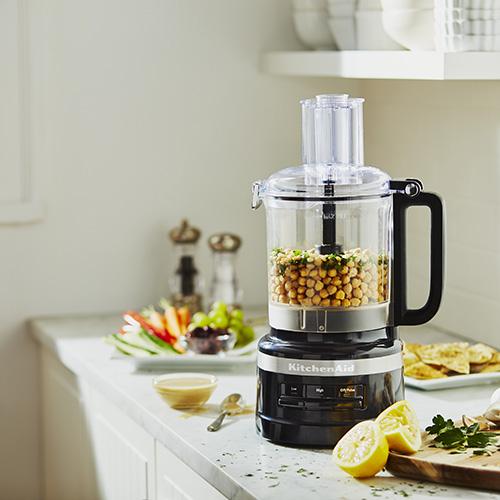 """Sempre di fretta? <em>Food Processor</em> di <a href=""""http://www.kitchenaid.it"""">KitchenAid</a> promette di rendere ancora più semplice e veloce la preparazione dei piatti. Taglia, affetta, grattugia e impasta"""