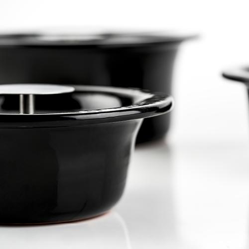 """Il coccio permette uno scambio di calore e umidità ottimali e funziona come perfetto isolante: si scalda molto lentamente e cede il calore assorbito poco alla volta, garantendo efficienti prestazioni termiche. Per questo con le <em>Crete</em>  di <a href=""""http://www.knindustrie.it/"""">knIndustrie</a> si può cucinare senza grasso né condimenti"""