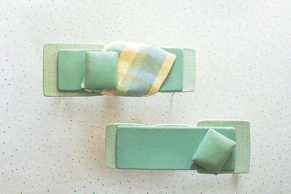 """<em>Lido</em> di <a href=""""http://www.paolalenti.it/"""">Paola Lenti</a> è una collezione di arredirealizzatain particolari materiali tecnici per l'outdoor che combinati insieme danno vita a un sorprendente aspetto tessile. La ricca serie comprende sedia, poltroncina, lettino e tavolo bistrot. Sono tutti impilabili"""