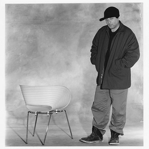 Ron Arad posa con la sedia Tom Vac (1997)  @Christian Coigny
