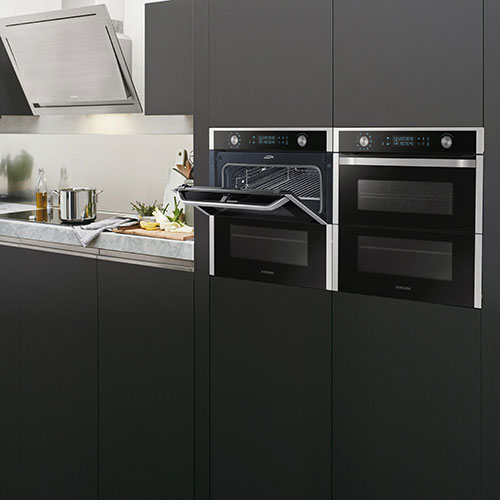 Dual Cook Flex di Samsung presenta doppia porta, doppia cottura e doppia temperatura. Il forno può essere diviso in due cavità per cucinare due pietanze simultaneamente ma singolarmente. Oppure, sfruttando l'intero vano, può cuocere portate di grandi dimensioni