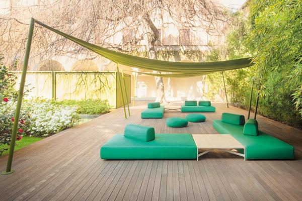Per i grandi spazi all'aperto la struttura ombreggiante <em>Ala</em> di Paola Lenti permette di creare oasi di relax