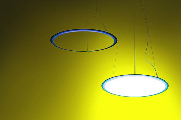 <em>Discovery</em> Lampada a sospensione che, spenta, appare come un sottile anello metallico che disegna una circonferenza nello spazio; accesa, diventa un disco intesamente luminescente, coniugando con equilibrio efficienzae poesia . Di Ernesto Gismondi, che ottiene anche il premio alla carriera  per Artemide