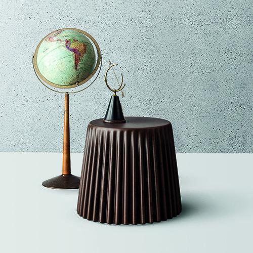 Muffin di Bonaldo è un arredo multifunzione che può fungere da seduta oppure da tavolino (142 euro)