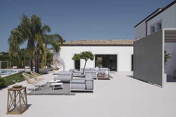 La struttura è circondata da angoli relax e solarium con ombrelloni, sdraio, lettini e tavoli
