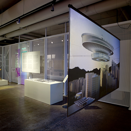 """ESPOO - <em>Futuro</em>, la casa utopica progettata dall'architetto finlandese Matti Suuronen (1933-2013) celebra quest'anno il suo cinquantesimo anniversario. <a href=""""http://www.emmamuseum.fi/en"""">Emma</a>, il Museo di Arte moderna di Espoo (a pochi chilometri da Helsinki), celebra questo compleanno con la mostra """"Futuromania - Designing future living"""" (in programma fino al 17 febbraio). La retrospettiva accoglie i lavori che parlano di città e abitazioni immaginate da progettisti finlandesi dagli anni Cinquanta a oggi per dare vita a un'interessante discussione su nuovi materiali, tecnologie e pianificazione urbana (foto Ella Tommila)"""