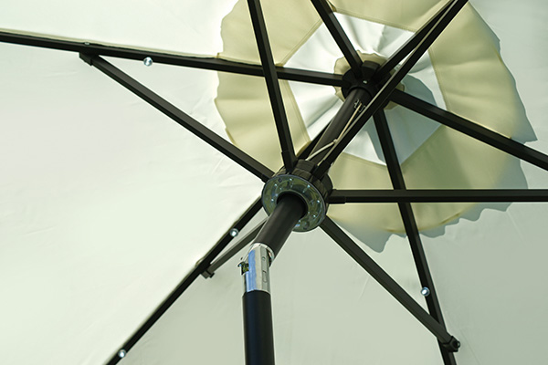 L'ombrellone <em>5023</em> di Greenwood è pensato non solo per schermare dai raggi solari ma è dotato di luci a led per illuminare le sere, bluetooth e cassa audio per ascoltare la musica