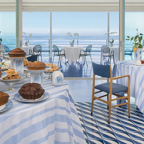 La sala colazioni dell'Hotel Parco dei Principi di Sorrento con le piastrelle firmate dal maestro del design italiano. L'azienda Francesco De Maio è licenziataria esclusiva della collezione <em>Blu Ponti</em>