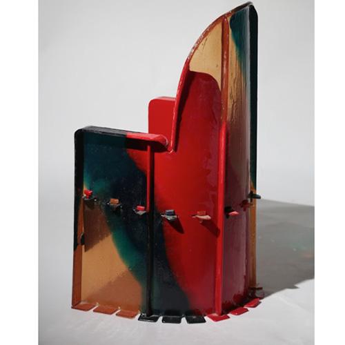 """SAN FRANCISCO - Al<a href=""""http://owww.sfmcd.org""""> Museum of craft and design</a>, come è riportato nel suo manifesto, si vuole raccontare """"il lavoro della mano, della mente e del cuore"""". E infatti l'esposizione """"Raw Design"""" che chiude il 28 ottobre ne è un bell'esempio poiché offre ai visitatori l'opportunità di esplorare nuovi modi di lavorare i materiali. Designer e artisti hanno creato opere con tecniche nuove oppure hanno usato mezzi già noti ma con la curiosità della """"prima volta"""". Tra i protagonisti anche Formafantasma e Gaetano Pesce che propone un vaso alto e una sedia per bambini fatti di resina colorata (nella foto)"""