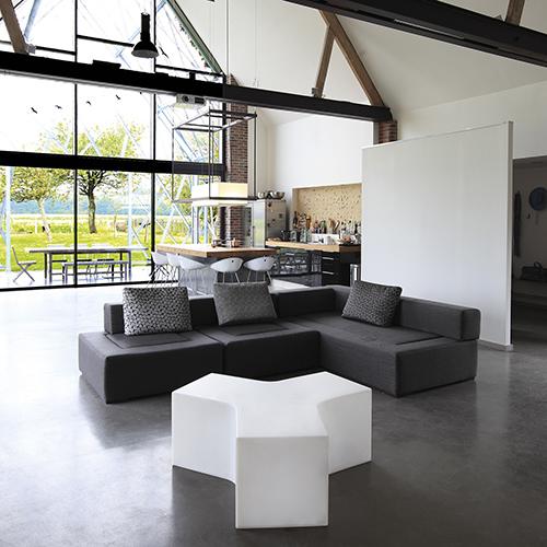 Per creare un effetto scenografico unico: la seduta Ypsilon di Slide è luminosa, la sua  struttura modulare permette di disegnare gli spazi (sia interni che esterni) a seconda dei propri gusti e delle proprie esigenze (237,90 euro)