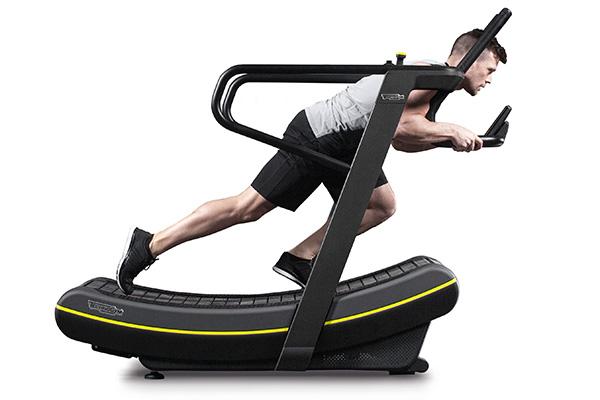 <em>Skillmill </em> Riassume numerosi esercizi in un design compatto e originale, senza complesse motorizzazioni e attrezzature. E l'effetto dell'attività risulta più duraturo. Di Technogym Design Center per Technogym