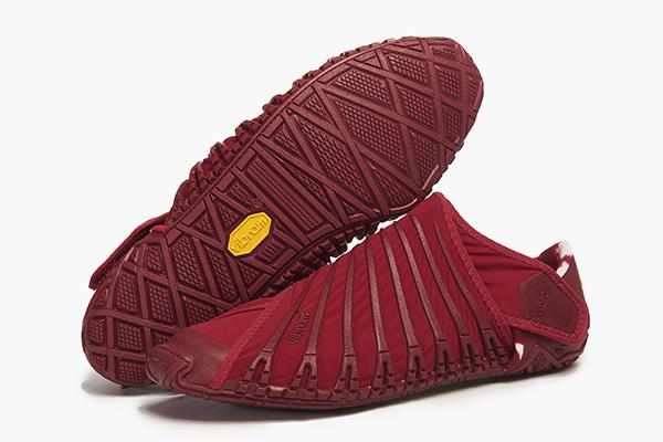 <em>Vibram Furoshiki</em> The Wrapping Sole Il Furoshiki era un panno di stoffa , usato tradizionalmente in Giappone per avvolgere e trasportare oggetti. Le fasce ergonomiche elastiche consentono una calzata della suola in Vibram confortevole e perfettamente adattata al piede. Potrebbe segnare un punto di svolta nello sviluppo delle scarpe sporstwear. Progetto interno di Vibram