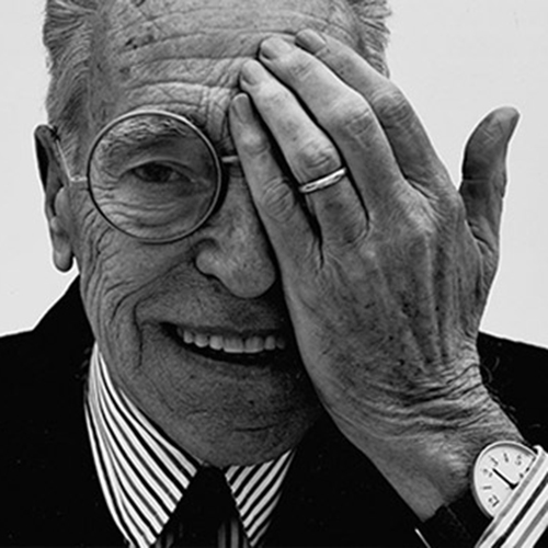 """CHIASSO - Cent'anni fa nasceva nasceva Achille Castiglioni (foto Jean-Baptiste Mondino). In attesa della grande retrospettiva in programma al Triennale Design Museum in autunno, quest'estate in Svizzera si può visitare """"Designer visionario"""". Il percorso espositivo del <a href=""""http://www.centroculturalechiasso.ch/m-a-x-museo/"""">M.a.x. museo</a> approfondisce in particolare l'attività del maestro nella realizzazione degli allestimenti e dei rapporti con la grafica. Fino al 23 settembre"""