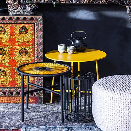 Impreziosire il living con un arredo unico, come il tavolino Banjooli di Sebastian Herkner per Moroso, a sinistra. Ogni pezzo è intrecciato a mano a Dakar, in Senegal (293 euro)