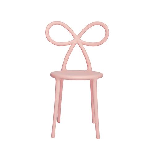 La Ribbon Chair di Nika Zupanc per Qeeboo si distingue per uno stile essenziale e allo stesso tempo accattivante dato dal grande fiocco che dà forma allo schienale della seduta (159 euro)
