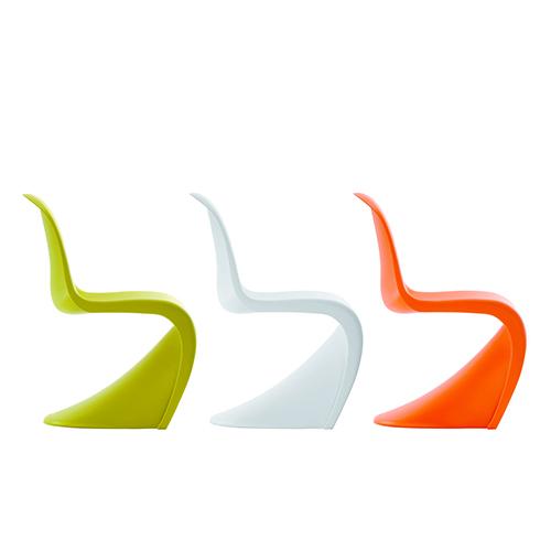 Per la camera dei più piccoli una riproduzione a misura di bambino di un classico dell'arredamento: la Panton Chair qui nella versione Junior (171 euro)
