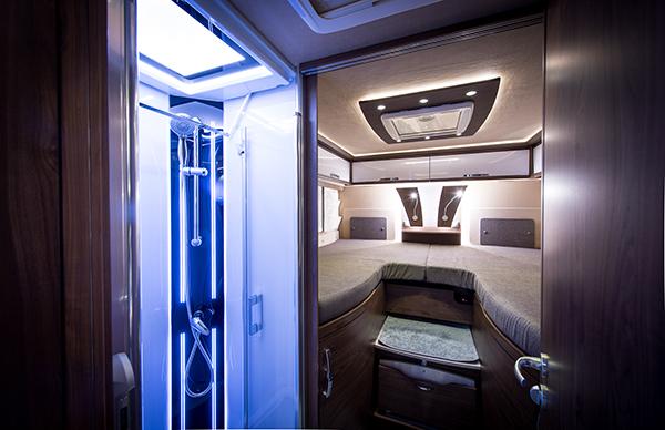 Eleganti e accessoriati come I 8400 gd platin di Frankia, con ampia zona notte e doccia con luci led