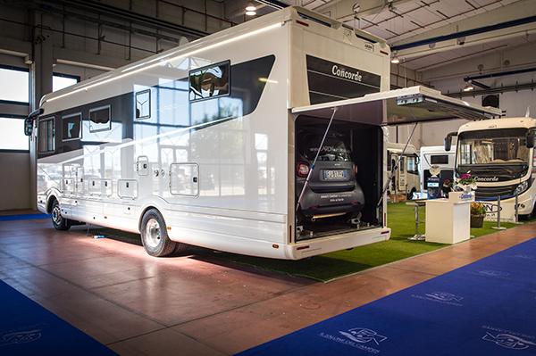 I motorhome sono i camper extra lusso, così grandi da contenere anche un garage interno per l'auto, come il modello Liner Plus 990 g di Concorde