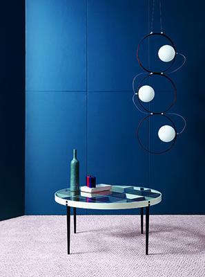 Il tavolino tondo D.555.1, disegnato tra il 1954 e il 1955, ha il piano  in cristallo trasparente ed è realizzato con gambe e griglia metallica verniciata a mano. Della Heritage Collection di Molteni&C