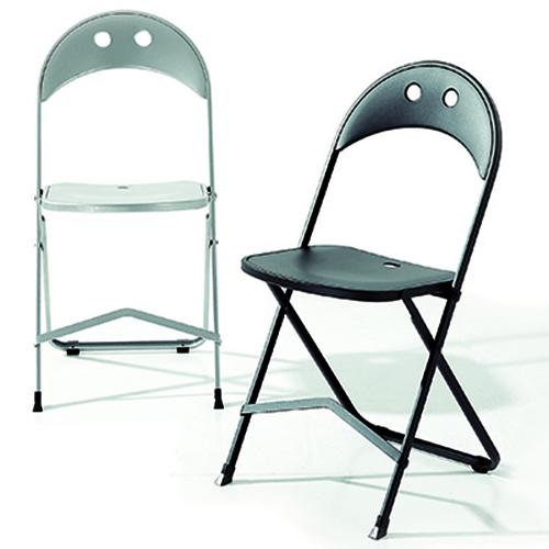 """Un pratico alleato per aggiungere un posto a tavola: le <a href=""""http://design.repubblica.it/2017/05/29/arredi-nomadi-10-sedie-apri-e-chiudi-per-lestate/"""">sedie pieghevoli</a>. <em>Birba</em> di <a href=""""http://www.bonaldo.it"""">Bonaldo</a> da chiusa occupa appena 3 centimetri"""
