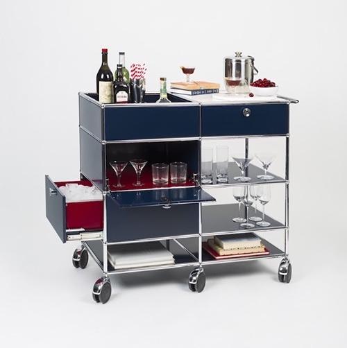 """Grazie alle pratiche ruote un carrello portavivande (come il <em>Bar Carts</em> di <a href=""""http://www.usm.com"""">Usm</a>) consente di trasportare cibi, stoviglie e bevande dalla <a href=""""http://design.repubblica.it/2018/04/17/in-cucina-prove-tecniche-di-showcooking/"""">cucina</a> al <a href=""""http://design.repubblica.it/2017/05/02/valorizzare-il-giardino-in-un-libro-100-piante-immortali/"""">giardino</a> o al <a href=""""http://design.repubblica.it/2018/05/23/preparare-il-terrazzo-in-vista-dellestate-come-farlo-in-5-mosse/"""">terrazzo</a> senza alcuno sforzo"""