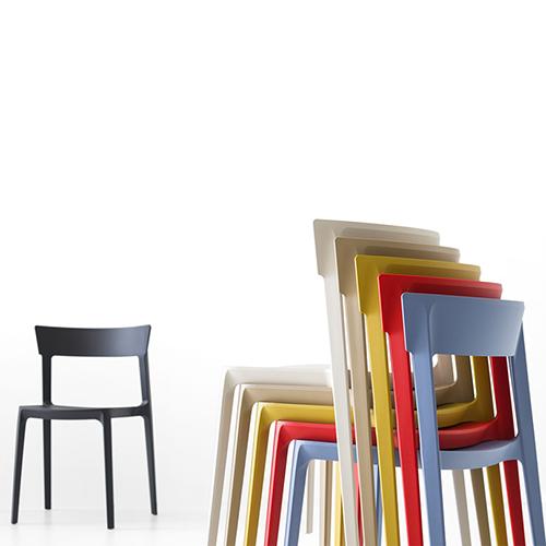 """Per guadagnare rapidamente spazio le colorate sedie impilabili <em>Skin</em> di <a href=""""http://www.calligaris.com/it_it/"""">Calligaris</a>"""