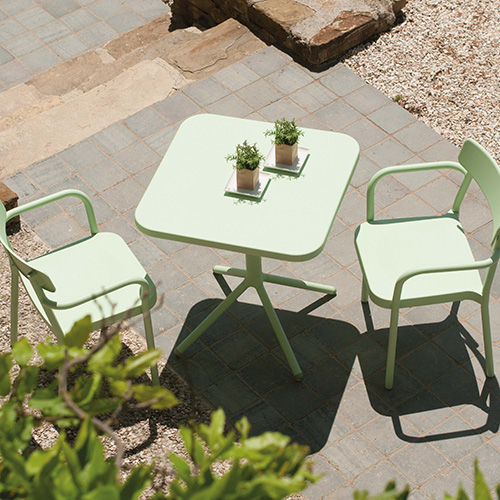 """La collezione <em>Grace</em> di Samuel Wilkinson per <a href=""""http://www.emu.it"""">Emu</a> si caratterizza per le linee semplici ed essenziali. La serie si compone di sedia, poltroncina, sgabello tavolo alto o con piano abbattibile. Realizzata in alluminio, è disponibile in diversi colori"""