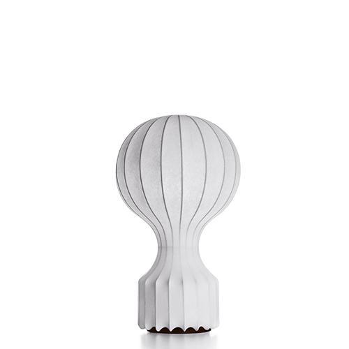 """Su <a href=""""http://www.yoox.com"""">Yoox</a> potete trovare in saldo anche alcuni classici del design. Come <em>Gatto</em> la lampada da tavolo firmata Achille Castiglioni per Flos (la versione piccola è in promozione a 295 euro)"""