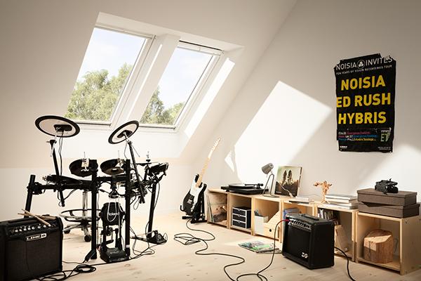 Mansarde e sottotetti possono trasformarsi e diventare una stanza dedicata a suonare o ascoltare la musica. In foto un'ambientazione di Velux, azienda specializzata nelle finestre per tetti