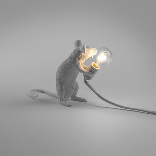 """Le promozioni di <a href=""""https://www.lovethesign.com"""">LOVEThESIGN</a> iniziano il 5 luglio. I saldi arrivano a una percentuale di sconto del 70% e includono una ricca selezione di prodotti (circa 7.000 pezzi) delle categorie arredamento, tavola & cucina, accessori per bambini, idee regalo, tessile e illuminazione come la <em>Mouse Lamp</em> di Seletti (in foto)"""