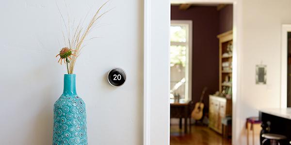 """Per chi è attento al risparmio energetico ecco un valido alleato: <em>Nest Learning Thermostat </em>che apprende la temperatura preferita e determina quanto tempo occorre per riscaldare casa, per poi programmarsi da sé dalla volta successiva. Quando si è fuori <a href=""""https://nest.com/"""">Nest</a>si spegne automaticamente per risparmiare energia. Può essere controllato da app per trovare il giusto calore quando si rientra"""