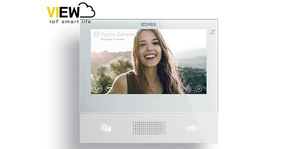 """Oltre alle tradizionali funzioni videocitofoniche <em>Tab 7S</em> di <a href=""""http://www.vimar.com"""">Vimar</a>, grazie al Wi-Fi integrato e all'app Video Door, offre la ripetizione di chiamata su smartphone garantendo un controllo totale anche quando si è fuori casa"""
