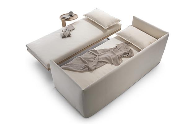 Il mobile maggiormente presente nelle case con open space è il divano letto. <em>Twins</em> di Flexform offre la possibilità di avere due letti singoli indipendenti, anche affiancabili a formare un letto matrimoniale