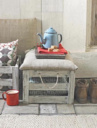 Iuta e cassette di legno sono una coppia vincente in esterno. Un'idea originale e low cost per arredare il giardino o il balcone