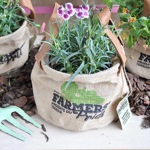 I sacchi in iuta sono molto resistenti. Questa caratteristica li rende particolarmente adatti agli ambienti esterni. Possono essere utilizzati per contenere terra e piante al posto dei classici vasi
